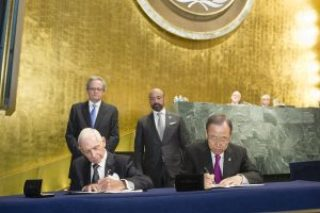 Opening of High-level plenary meeting on addressing large movements of refugees and migrants Secretary-General Ban Ki-moon and Director General of IOM William Lacy Swing participated in the Signing Ceremony of the UN-IOM Agreement