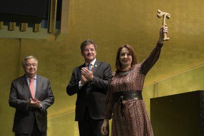 La Présidente de l'Assemblée générale, S.E. Mme María Fernanda Espinosa, lors de la séance de fermeture de la 72e session de l'Assemblée, en compagnie du Président sortant, S.E. M. Miroslav Lajčák (au centre) et du Secrétaire général de l'ONU.