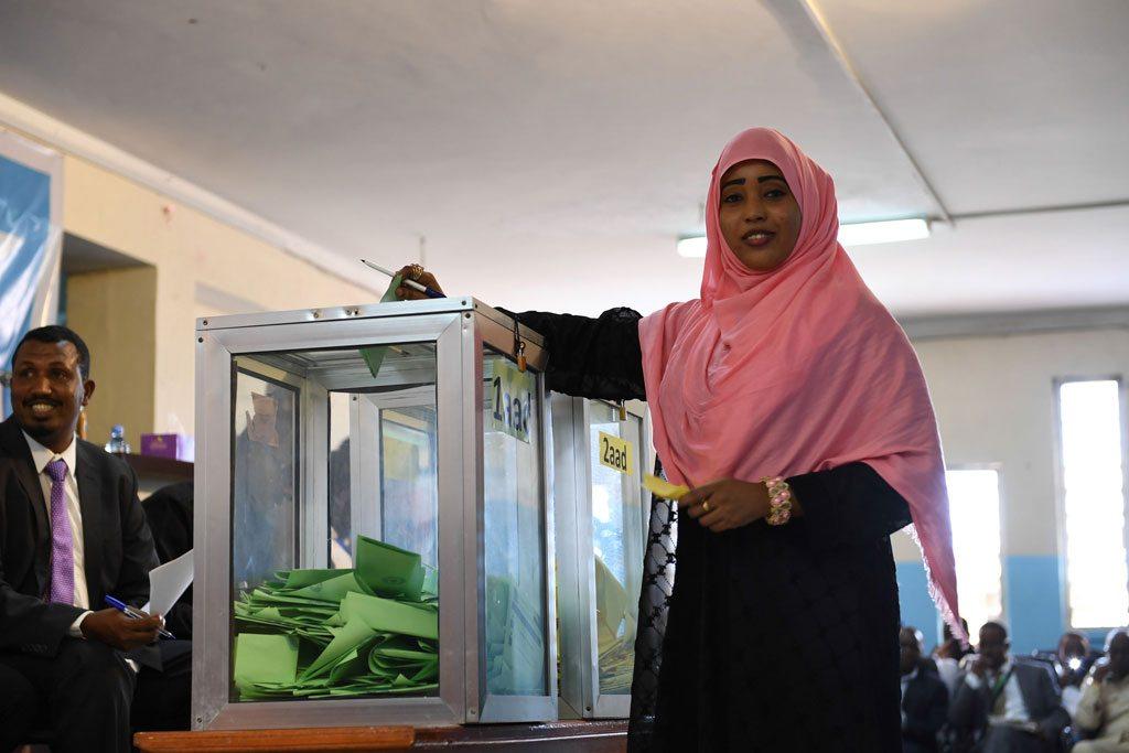 ألقىت عضوة في مجلس الشعب بصوته خلال انتخاب النائب الأول والثاني لرئيس مجلس الشعب في البرلمان الاتحادي في مقديشو، بالصومال.