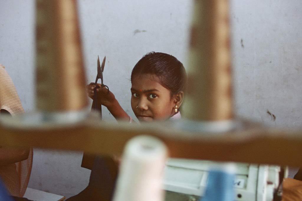 تتعرض النساء والفتيات في صناعة الملابس للعمل الإضافي القسري والأجر المتدني