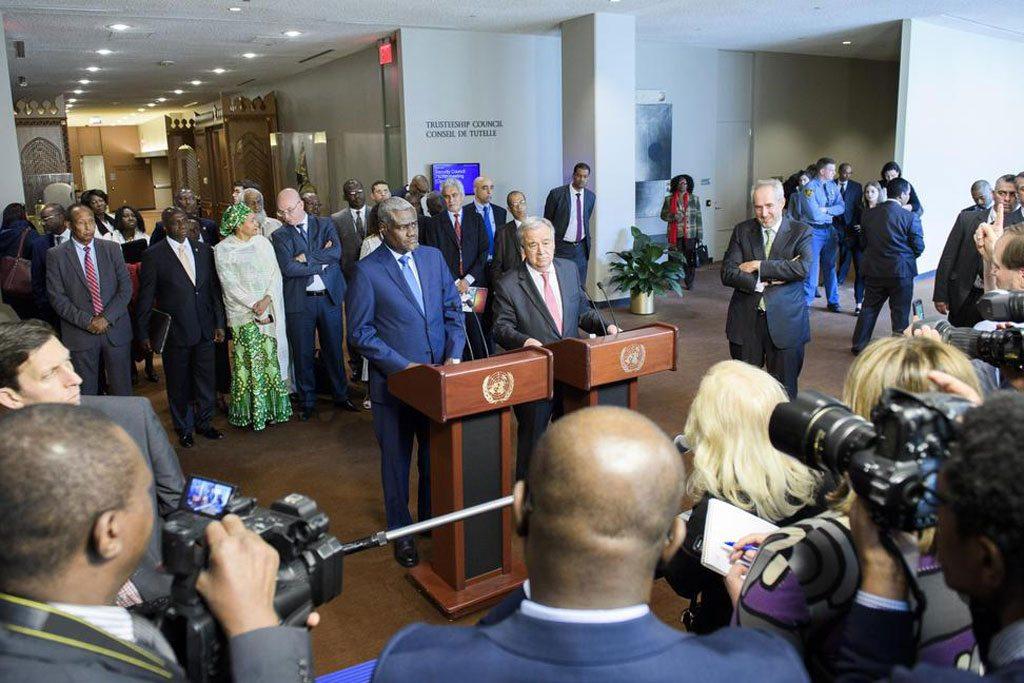 الأمين العام أنطونيو غوتيريش ورئيس مفوضية الاتحاد الأفريقي موسى فكي محمد UN Photo / Manuel Elias
