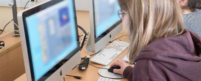 Dos usuarios navegan en internet. Foto: ITU/A.Mhadhbi