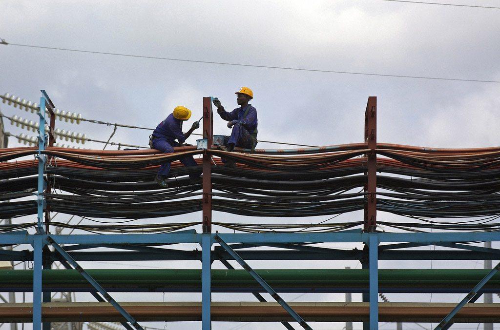 Trabajadores realizando tareas de mantenimiento en la central térmica de Takoradi, Ghana. Foto: Jonathan Ernst/Banco MUndial.