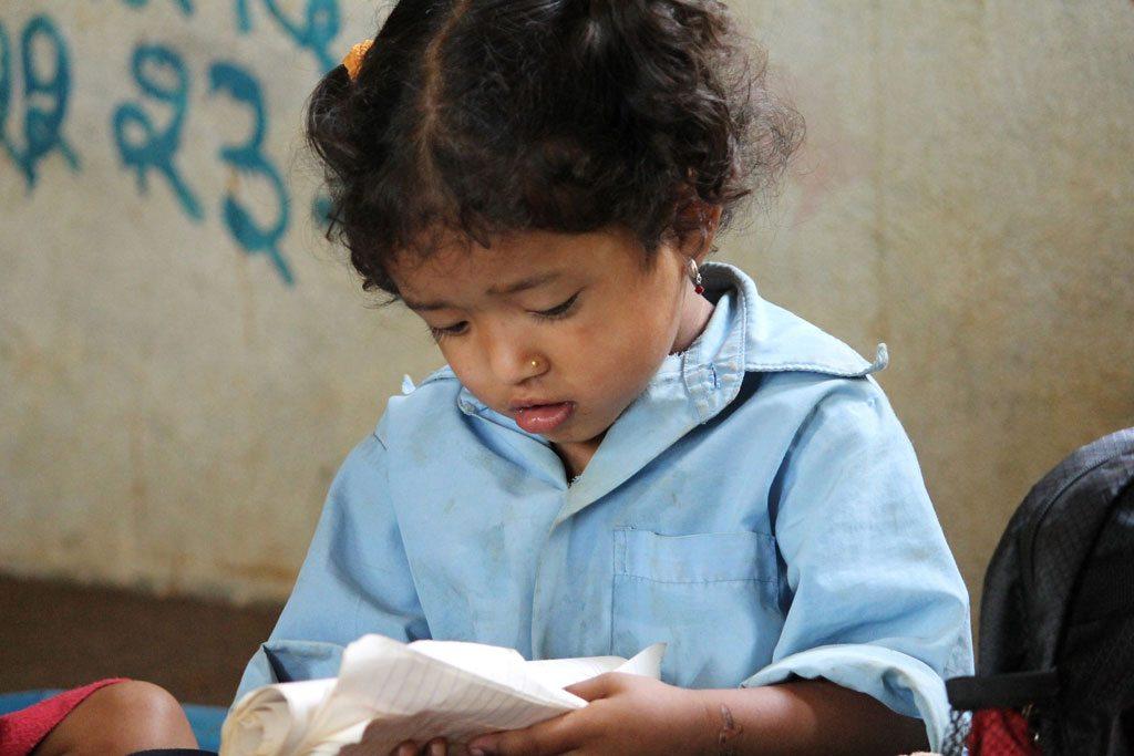 Una niña lee en un colegio de Nepal. Foto: Aisha Faquir/Banco Mundial