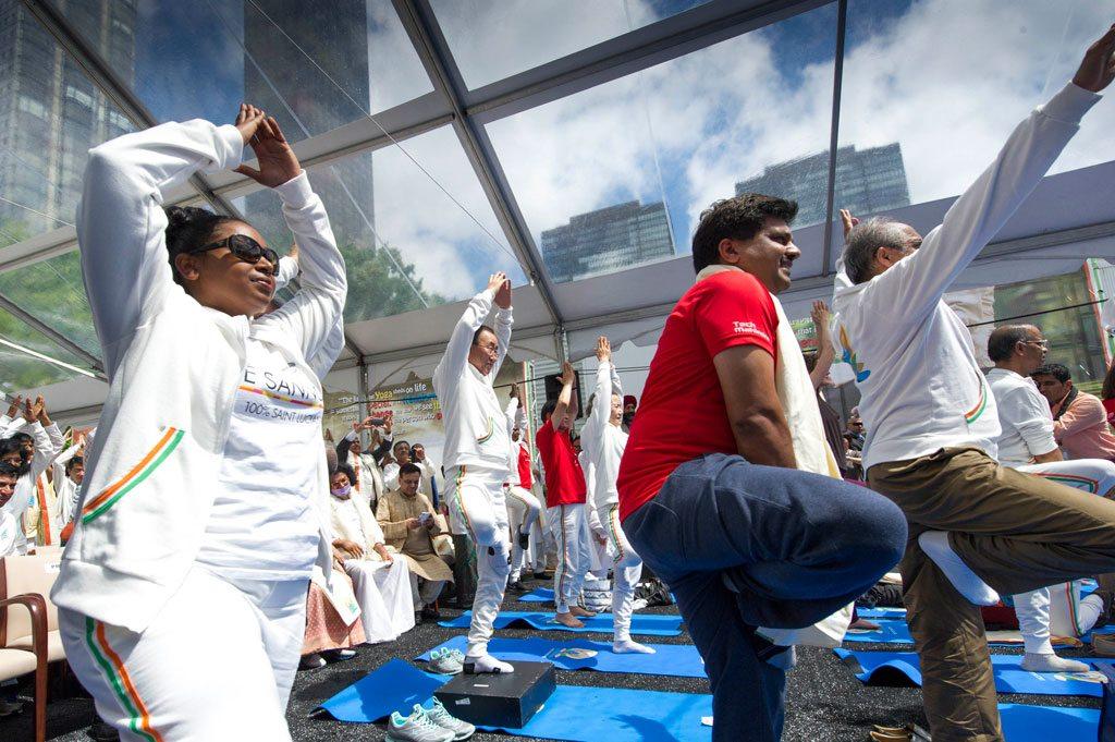 Le Secrétaire général s'exerce au yoga à Times Square, New York, à l'occasion de la toute première Journée internationale du Yoga, le 21juin 2015. UN Photo/Mark Garten