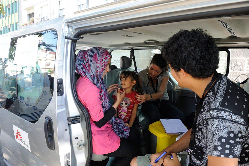Le personnel médical de l'ONG Médecins Sans Frontières évalue la santé d'une jeune fille accompagnée par sa mère, à Belgrade, en Serbie.