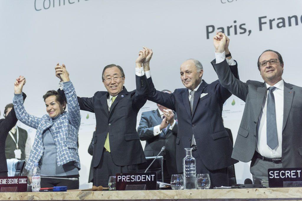 Le Secrétaire général Ban Ki-moon (deuxième à gauche); Christiana Figueres (à gauche), Secrétaire exécutive de la Convention cadre des Nations Unies sur les changements climatiques (CCNUCC); Laurent Fabius (deuxième à droite), Ministre français des affaires étrangères et président de la COP21, et François Hollande (à droite), Président de la France