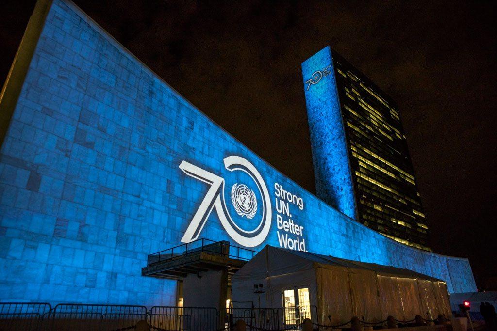 Les objectifs de développement durable à l'horizon 2030 sont projetés sur la façade des bâtiments du siège de l'ONU à New York, en septembre 2015