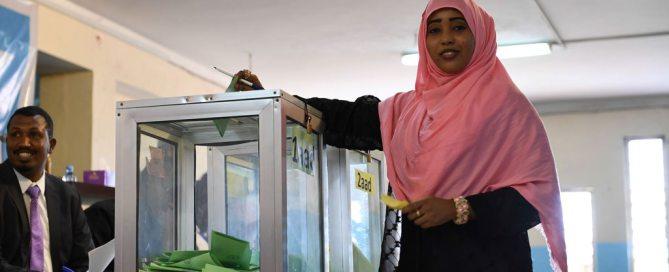 Une femme parlementaire vote lors de l'élection pour le premier et le deuxième vice-président de la Chambre du Peuple du Parlement fédéral à Mogadiscio, en Somalie. Photo: ONU / Omar Abdisalan