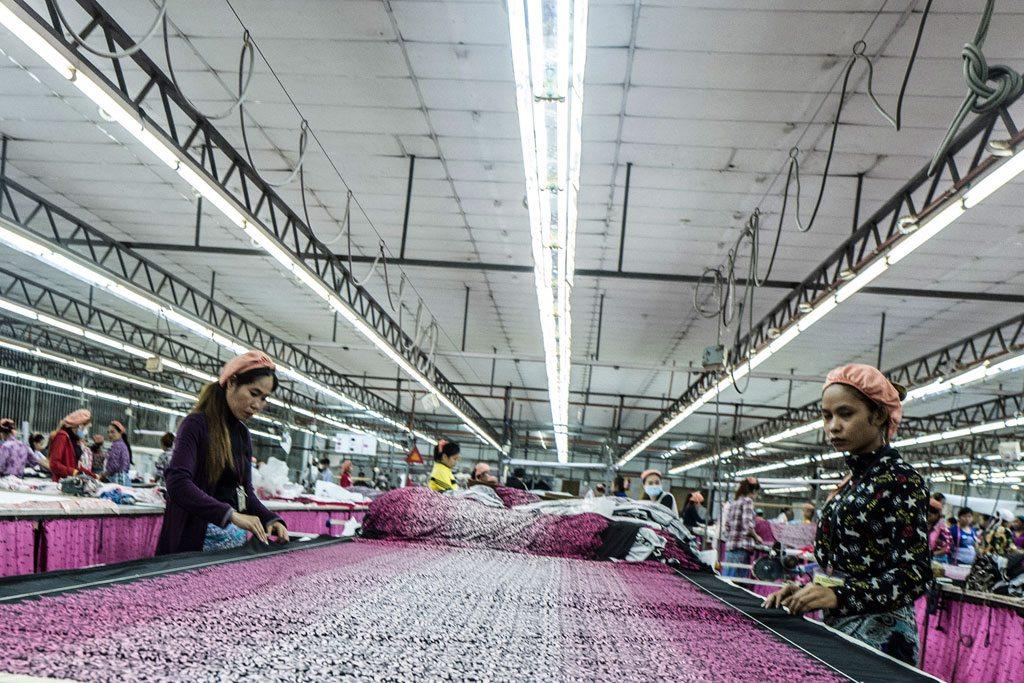 « Prévenir le harcèlement sexuel signifie donner aux femmes la possibilité de travailler sur leur lieu de travail », explique Srey Sros, ouvrière dans une usine de confection au Cambodge. « Lorsque le harcèlement sexuel se produit, cela n'affecte pas seulement un individu, cela affecte au niveau collectif». Photo: ONU Femmes Cambodge / Charles Fox