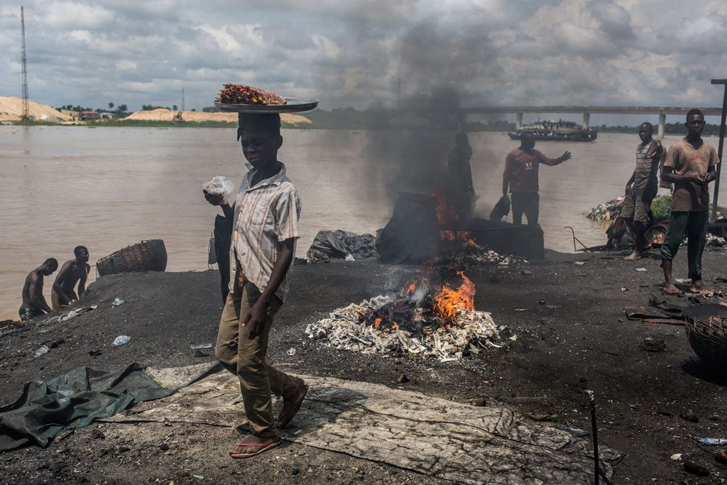 Des enfants à côté de déchets qui brûlent dans un abattoir à Yenagoa, au Nigéria. Photo: UNICEF/Tanya Bindra