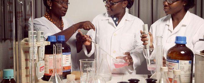 La Professeure Amivi Kafui Tete-Benissan (à gauche) enseigne la biologie cellulaire et la biochimie à l'Université de Lomé, dans la capitale du Togo. Photo: Banque mondiale / Stephan Gladieu
