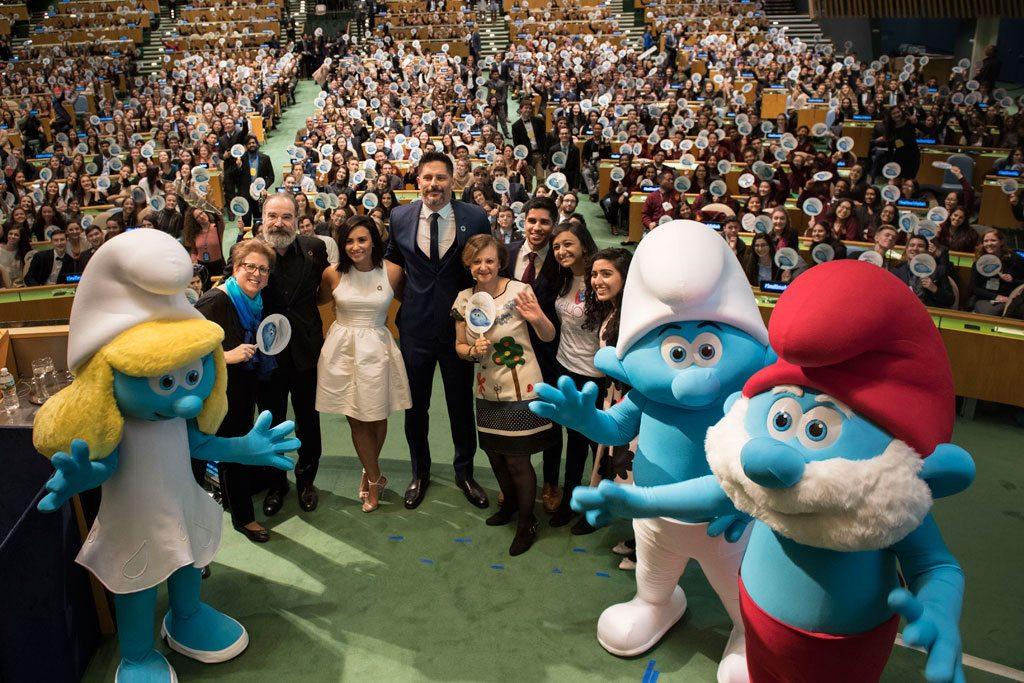 """Une vue d'ensemble de la manifestation sur les Objectifs de développement durable (ODD) à laquelle ont participé des acteurs du film d'animation """"Schtroumpfs: le village perdu"""" et des étudiants pour célébrer la Journée internationale du bonheur. Photo ONU/Mark Garten"""