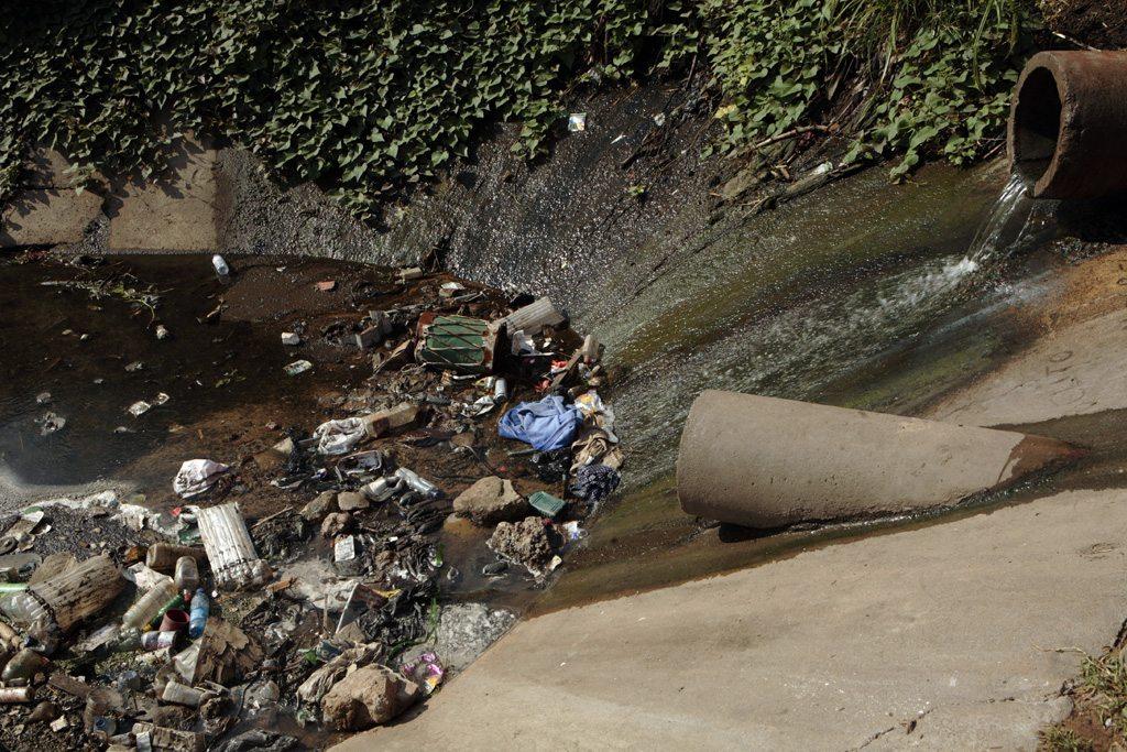 L'eau, avec des polluants et des agents contaminants, s'écoule dans un canal à Maputo, au Mozambique. (archives) Photo John Hogg/Banque mondiale