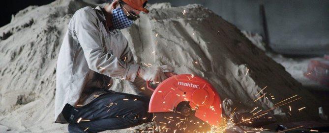 Un ouvrier coupe une barre d'acier sur un chantier de construction à Luang Prabang, au nord du Laos. Photo OIT/Adri Berger