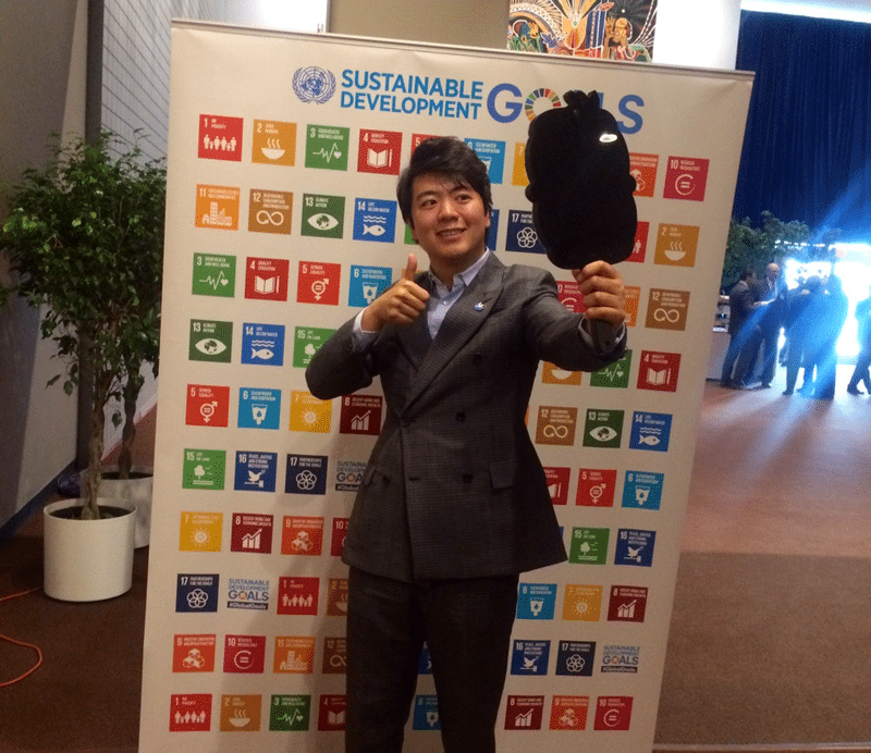 Renowned Chinese pianist Lang Lang takes a selfie on the twitter mirror to show his support for the Sustainable Development Goals.