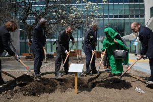 Photo:Deputy Secretary-General Jan Eliasson (3rd left) and the President of the General Assembly Mogens Lykketoft (3rd from right), help to plant a tree on 22 April 2016.