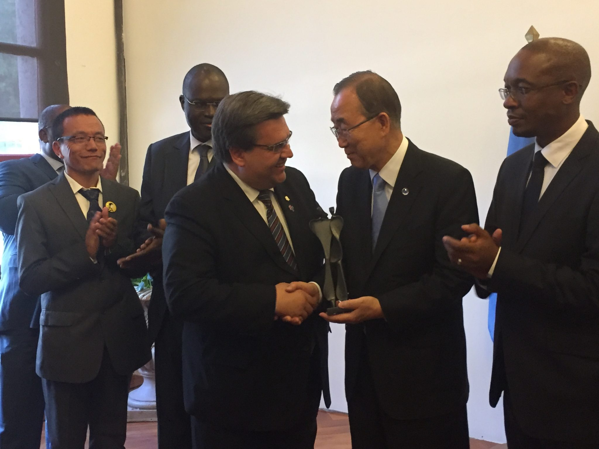 Photo: Ban Ki-moon receives a gift from Mayor Denis Coderre of Montreal.