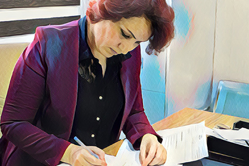 Dr. Nawzat helps survivors of abuse and violence, motivated by her own experience as a displaced person. Based on a photo by UNFPA Iraq/Turchenkova.