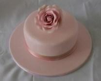 Torta rosa con base unica e fiore