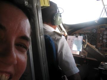Seduta dietro la postazione di guida sul volo AirSeychelles tra Praslin e Mahè.