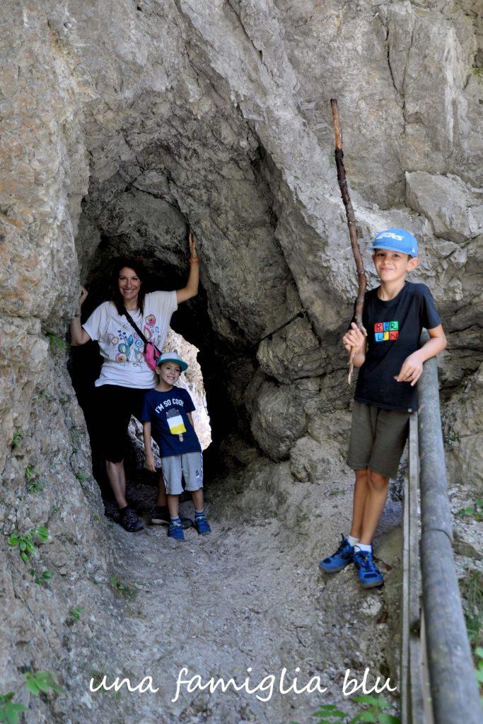 galleria scavata a mano lungo il sentiero dell'orrido dello slizza