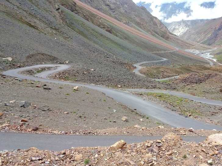 Can mishaps occur when cycling from Manali to Leh?