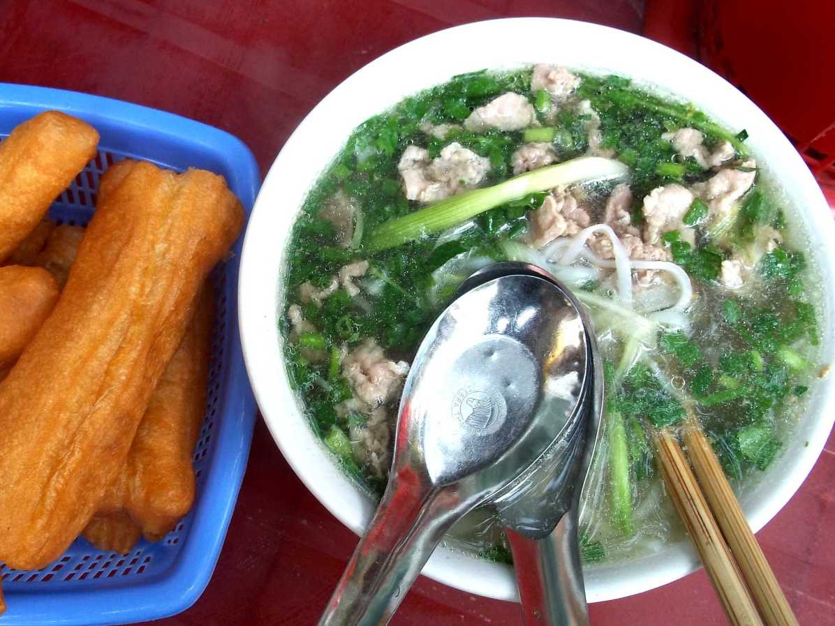 What are must try Vietnamese food and drinks in Hanoi?