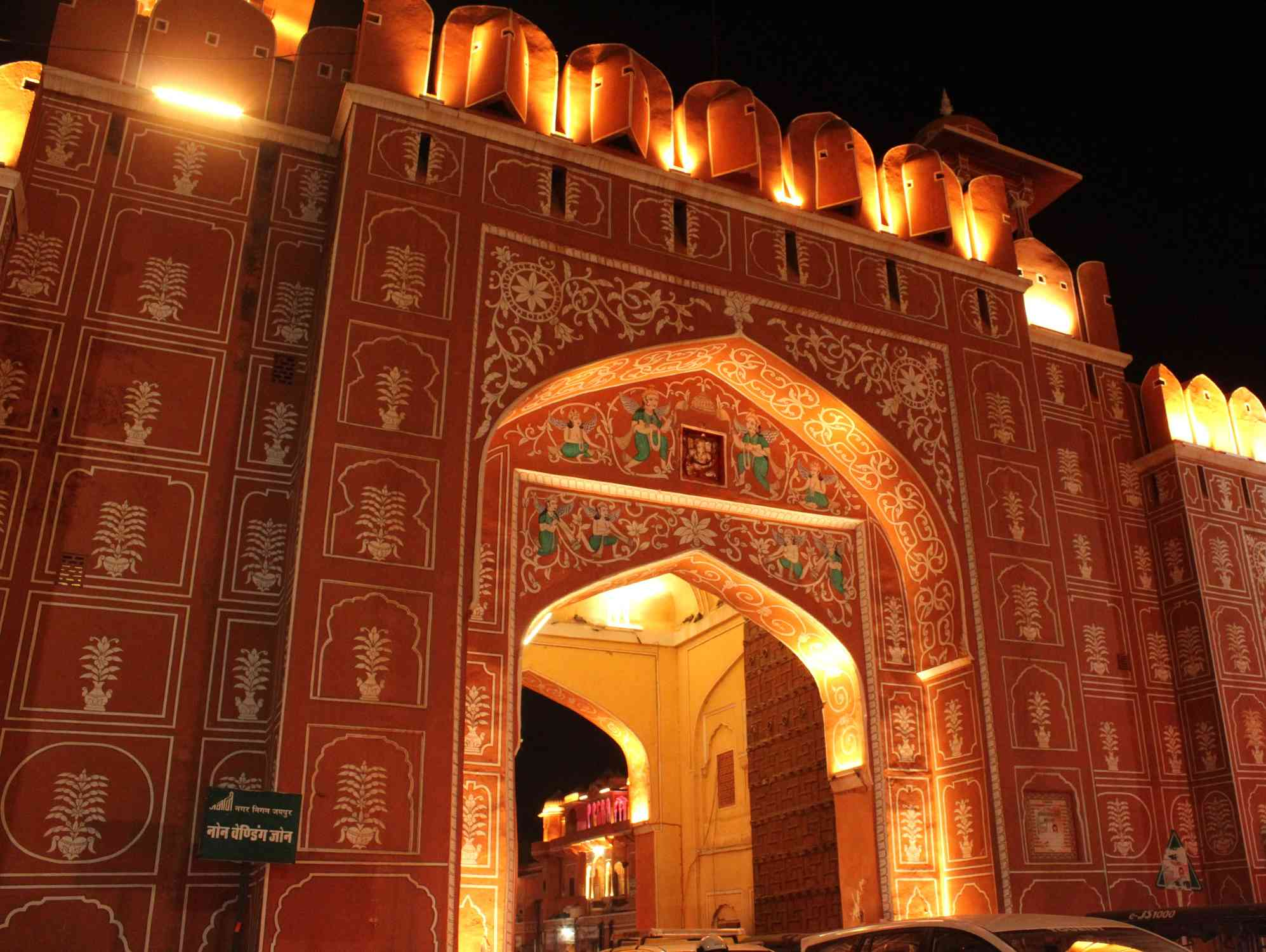 What are the must-see traditional markets in Jaipur?