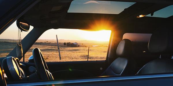 ¿Cómo afecta el calor a los materiales de la silla de coche?