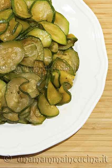 Ricette con zucchine - Zucchine saltate in padella - Ricetta di unamammaincucina.it