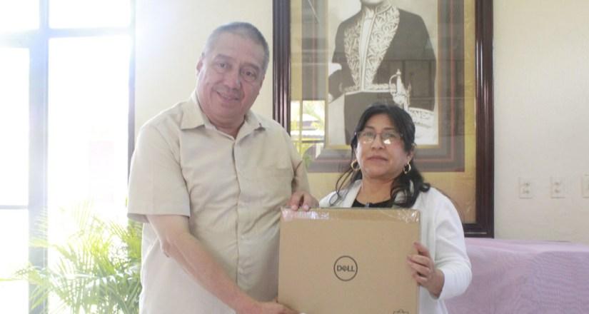 Maestra Sonia Orozco entrega computadoras portátiles a los maestros Julio César Abaunza y Nubia Barreda, Decanos de las FAREM Chontales y Estelí, respectivamente.
