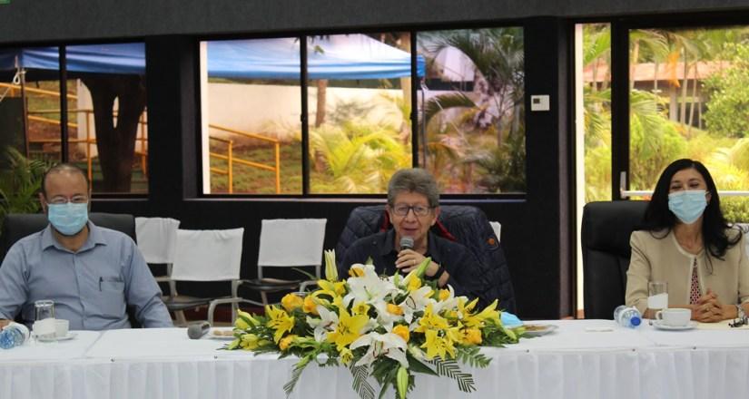 El doctor Orlando Delgado dirigiéndose a las autoridades universitarias