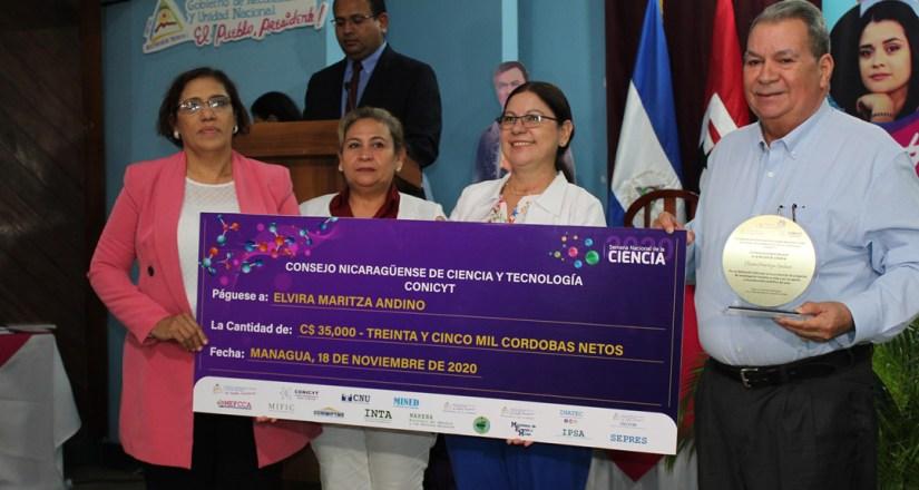 Dra. Elvira Maritza Andino, docente del Departamento de Antropología de la Facultad de Humanidades y Ciencias Jurídicas de la UNAN-Managua recibe premiación.