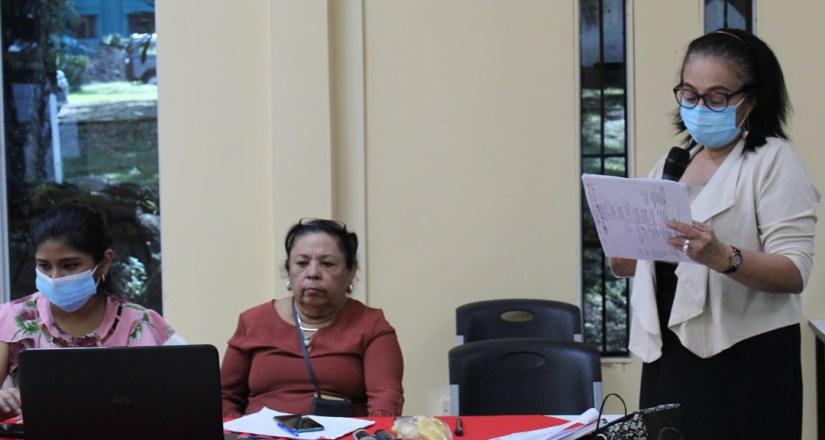Vicedecana de la Facultad de Educación e Idiomas, maestra Ángela Munguía, fungió como coordinadora de la cuarta sesión del congreso.