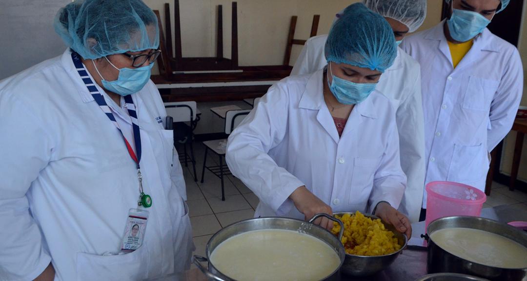 Microbiólogos realizan yogurt y queso artesanal para conocer el proceso a escala de laboratorio