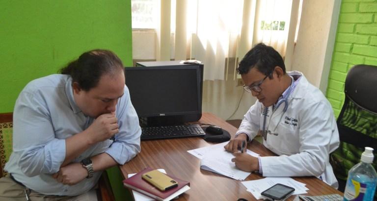 Médicos realizan examen de grado para incorporarse a su servicio social