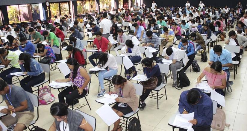 Estudiantes realizan el examen de admisión 2020