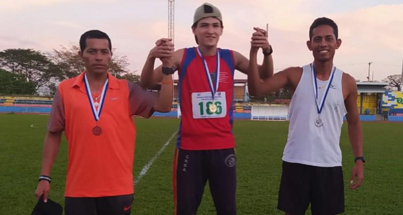 Aarón Guadamuz, recibe medalla de oro por el primer lugar.