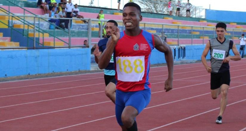 Kelvin Ramírez en la carrera de los 150 metros.
