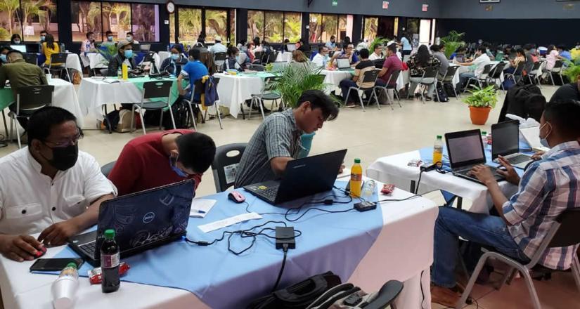 Estudiantes y mentores en el auditorio Fernando Gordillo trabajan en su plan de innovación.