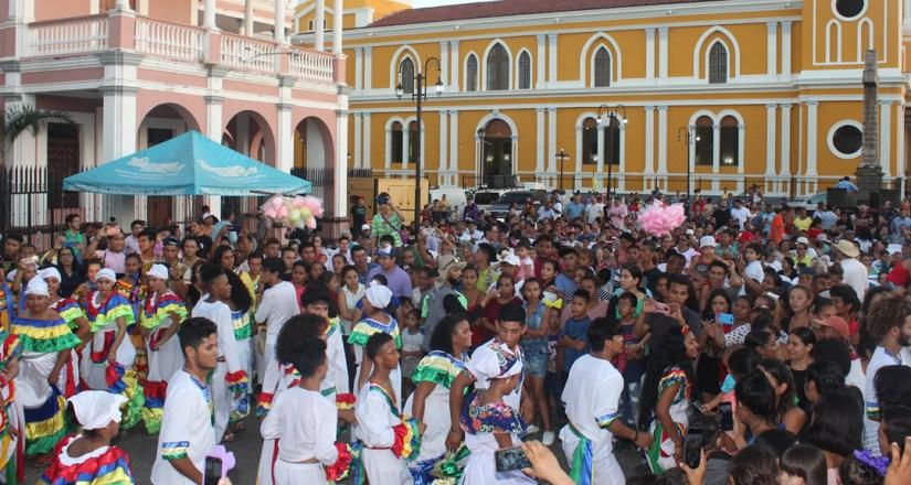 Representación de URACCAN interpreta danzas afrocaribeñas en la plaza principal.