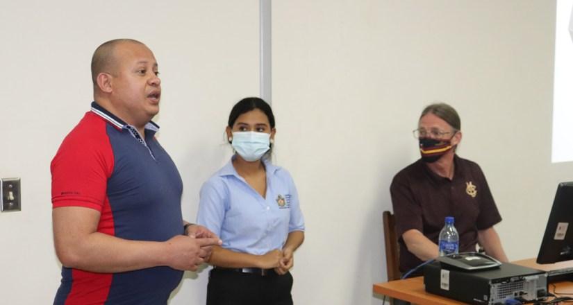 El Dr. Harold Gutiérrez, Director de Investigación, realizó la presentación del profesor Snyder.