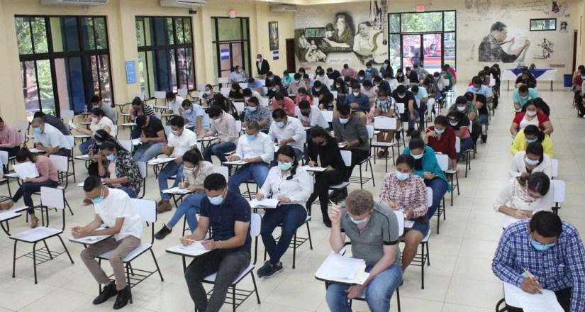 Médicos realizan examen de admisión para optar a especialidades médico-quirúrgicas