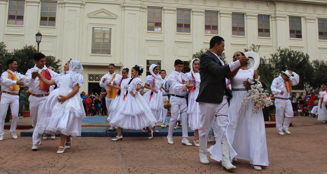 Universitarios bailan al son de danzas regionales y urbanas