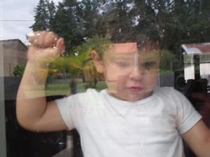 Aydan derrière une vitre
