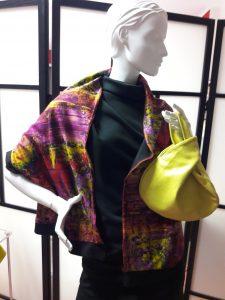 Cape bunt mit gelber Tasche