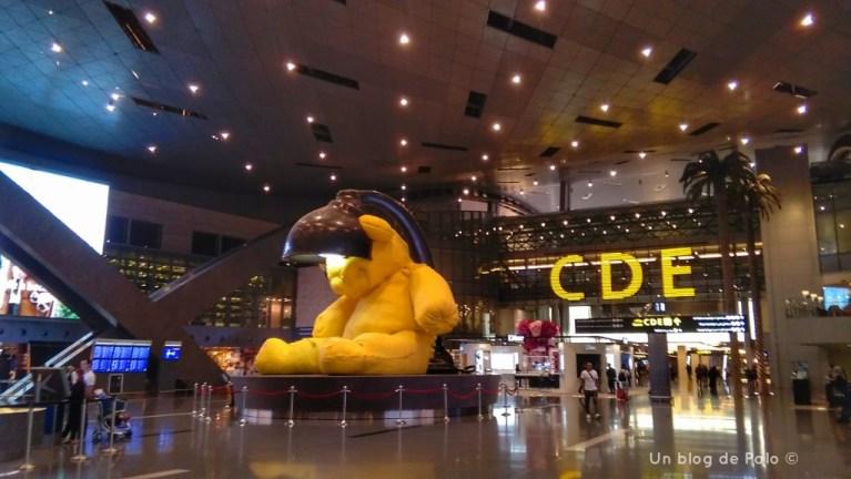 Tedy dorado en el centro del aeropuerto de Doha