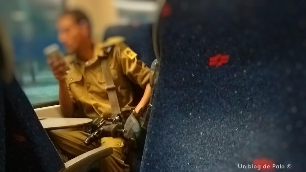 viajar a israel militar con arma