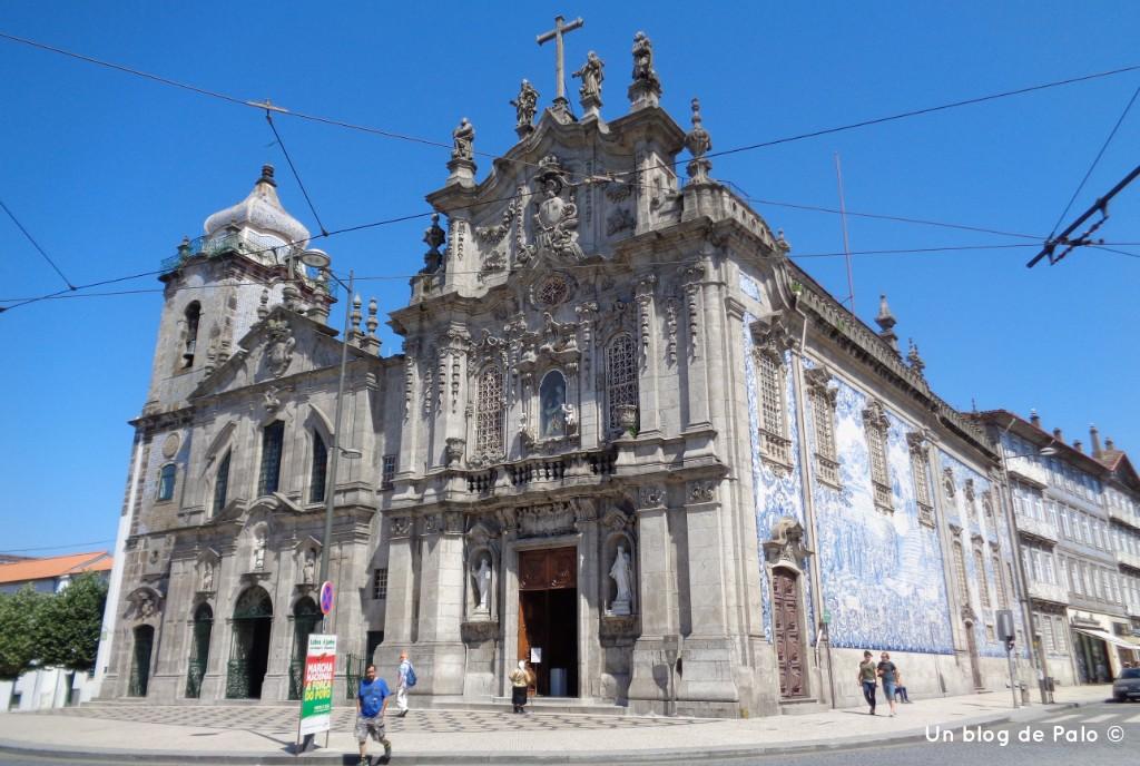 Iglesia decorada con azulejo típico portugués en Oporto